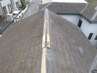 棟が剥がされたスレート屋根
