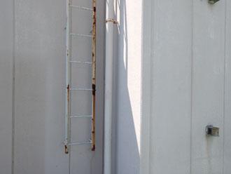 塔屋の錆びた梯子