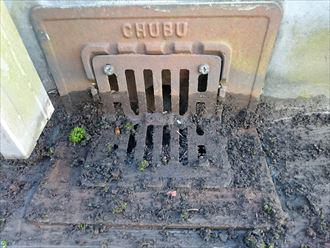 排水溝の泥を撤去
