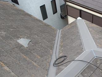 スレート屋根に飛来物がはまりこんでる