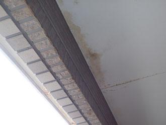 バルコニー下の軒天の漏水の跡