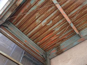 錆びた折板屋根の天井