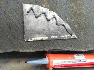 シーリング材でスレートの割れを補修