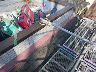 陸屋根に道具を運ぶ