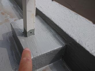 手摺りの支柱に穴を開ける
