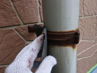 雨樋の固定金具をケレン