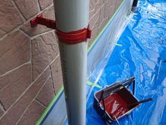 雨樋の固定金具に錆止め塗布