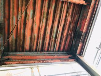 ケレンした折板屋根の裏側