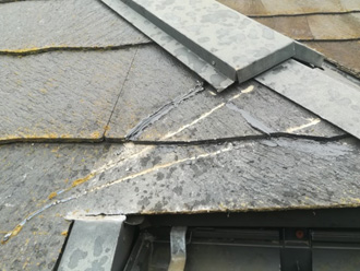 割れが補修されたスレート屋根
