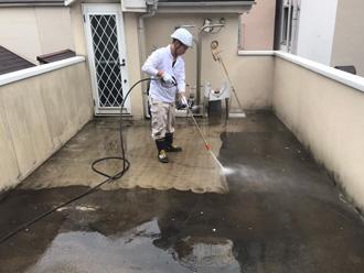 床を高圧洗浄、積年の汚れが溜まっている