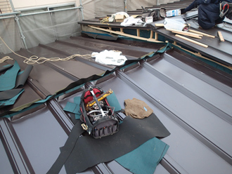 屋根材設置と棟の取り付け